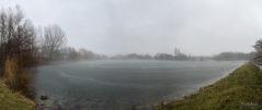 Ein See aus Nebel und Eis